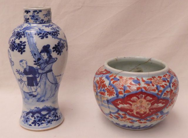 CHINE Deux vases en porcelaine, l'un à décor blanc/bleu de person...