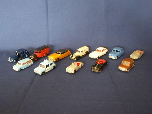 DINKY TOYS ENGLAND Lot de 12 véhicules comprenant : Hudson Sedan ...