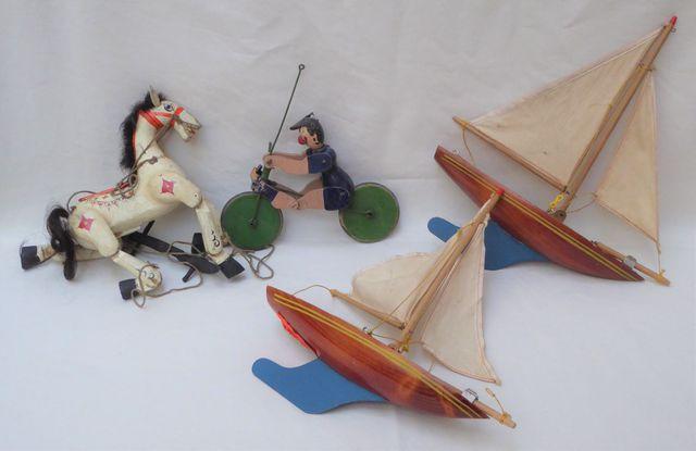 Lot comprenant : - Marionnette cheval en bois polychrome (L. 20 c...