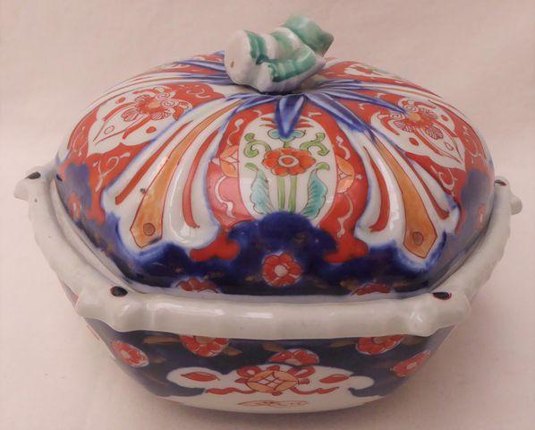 CHINE XIXème siècle Légumier couvert en porcelaine à décor Imari,...