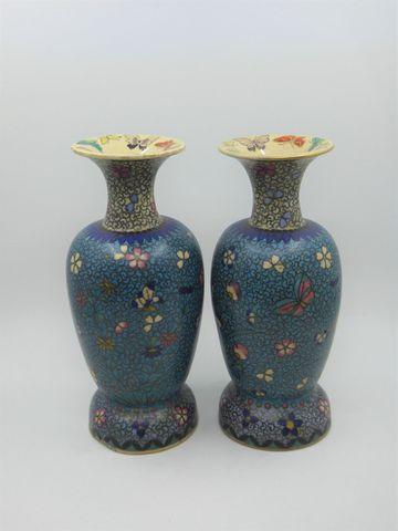 Paire de vases en céramique craquelée à décor imitant les émaux c...