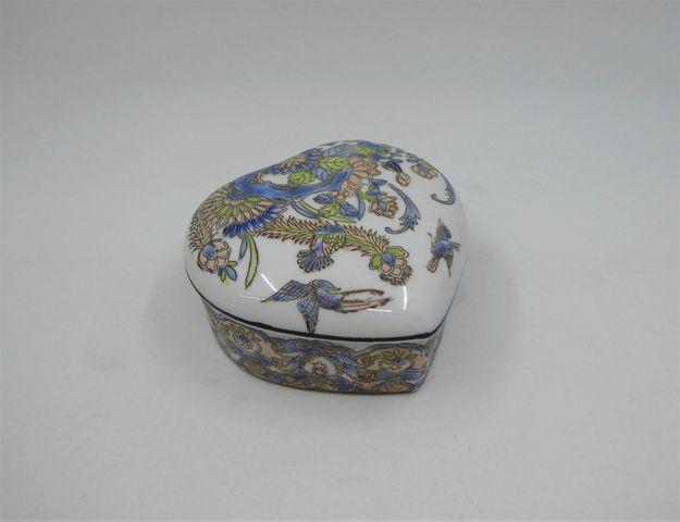 Petite boîte à bijoux couverte en forme de coeur à décor de fleur...