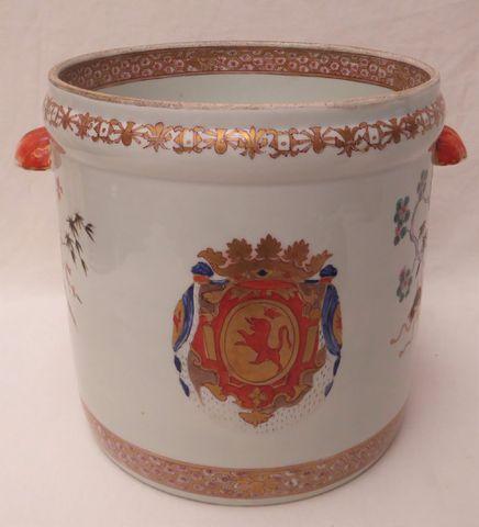 SAMSON XIXème siècle Cache-pot armorié en porcelaine polychrome d...
