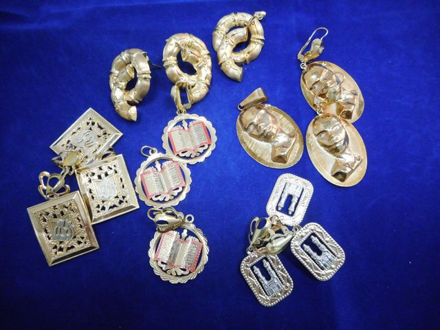 Cinq pendentifs avec cinq paires de boucles d'oreilles or assorti...