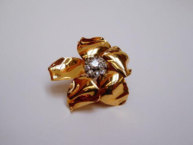 CARTIER Broche or jaune en forme de fleur sertie en son centre d'...